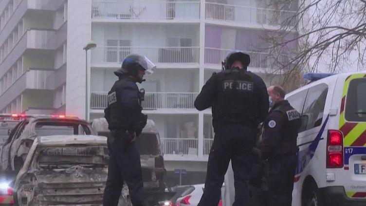 Le quartier de Perseigne, à Alençon (Orne), a de nouveau été le théâtre de violences urbaines dans la nuit du 26 au 27 octobre. Les forces de l'ordre ont été visées par des tirs de projectiles et une quinzaine de véhicules a été incendiée dans une longue nuit de tensions sur fond de trafic de drogues. C'était déjà le cas il y a six mois. Des CRS supplémentaires vont être déployés. (CAPTURE ECRAN FRANCE 3)