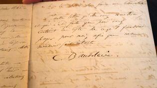 La lettre de Charles Baudelaire annonçant son suicide, photographiée le 25 octobre 2018 à Paris. (JACQUES DEMARTHON / AFP)