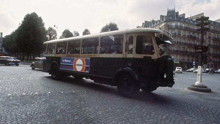 Photo prise en août 1970 d'un bus à plate-forme de la RATP, circulant dans Paris. ( AFP )