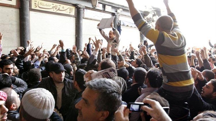 """Au cri de """"Deraa est la Syrie"""" des opposants manifestent, vendredi 25 mars 2011, à Damas près de la mosquée Omayades (PHOTO AFP / STR)"""