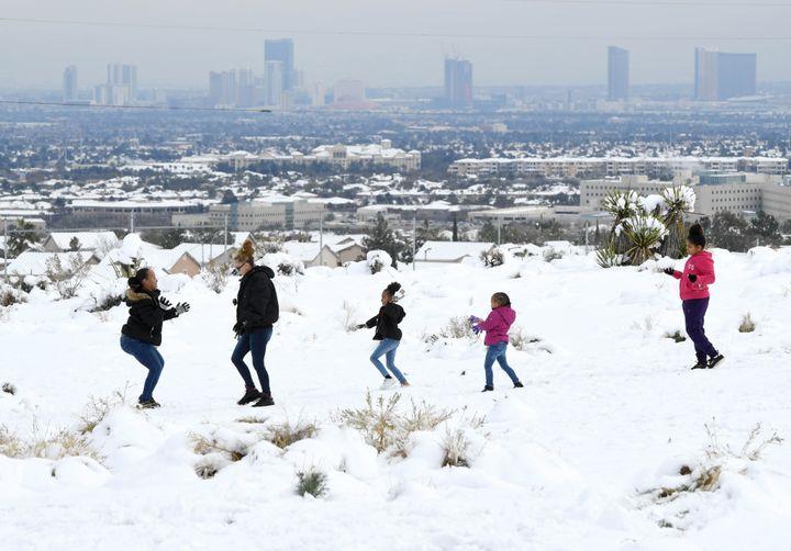 Des enfants profitent de la neige, le 21 février 2019 sur les hauteurs de Las Vegas (Etats-Unis). (ETHAN MILLER / GETTY IMAGES NORTH AMERICA / AFP)