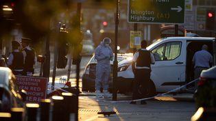 Des policiers près de la mosquée de Finsbury Park, à Londres, devant laquelle une camionnette a percuté plusieurs personnes, peu après minuit, lundi 19 juin 2017. (DANIEL LEAL-OLIVAS / AFP)