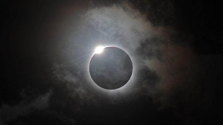 L'éclipse totale de soleil du 14 novembre 2012 immortalisée à Palm Cove (Australie). (GREG WOOD / AFP)
