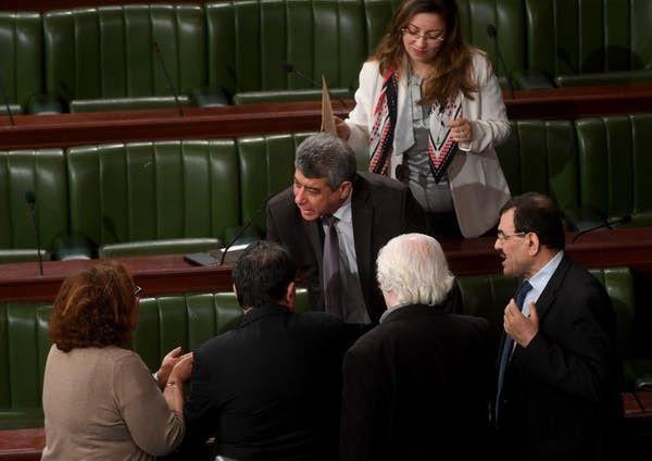 """Le ministre tunisien de la Justice, Ghazi Jeribi, s'entretient avec des parlementaires lors d'une session parlementaire portant sur la révision de la controversée """"Loi 52"""", le 25avril 2017. (Fethi Belaid/AFP)"""