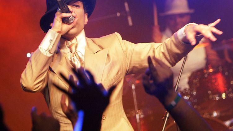 Prince improvise un petit boeuf après son concert à guichet fermé du Montreux Jazz Festival (Suisse), le 17 juillet 2007. (FABRICE COFFRINI / AFP)