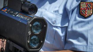 Un gendarme lors d'une opération de sécurité routière organisée sur les routes de l'est de la France, le 29 juin 2012, sur l'aire de Mâcon Saint-Albain (A6). (JEAN-PHILIPPE KSIAZEK / AFP)