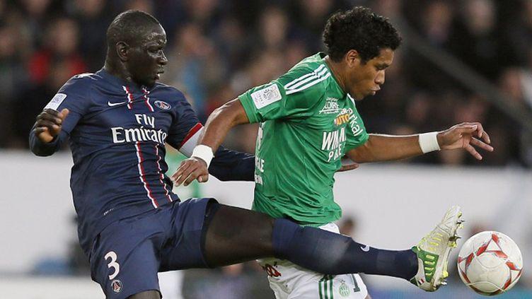 Le Parisien Mamadou Sakho à la lutte avec le meneur de jeu bordelais Yoann Gourcuff. (KENZO TRIBOUILLARD / AFP)