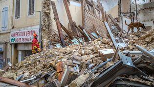 Les recherches se poursuivent dans les décombres, au lendemain de l'effondrement des immeubles à Marseille. (AFP PHOTO / BMPM/SM / LOIC AEDO)