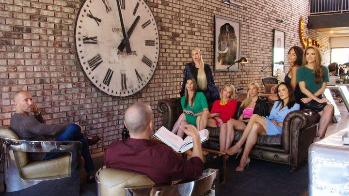 Une réunion de travail à l'agence immobilière The Oppenheim Group sur Sunset Boulevard à Los Angeles (Califormie). (NETFLIX)