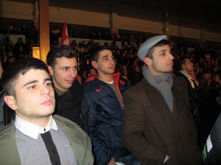 De gauche à droite : Simon, Sami, Yanis et Jugurtha, âgés entre 20 et 22 ans, avec qui FTVi a suivi le meeting de Jean-Luc Mélenchon au Blanc-Mesnil (Seine-Saint-Denis). (SALOME LEGRAND / FTVi)