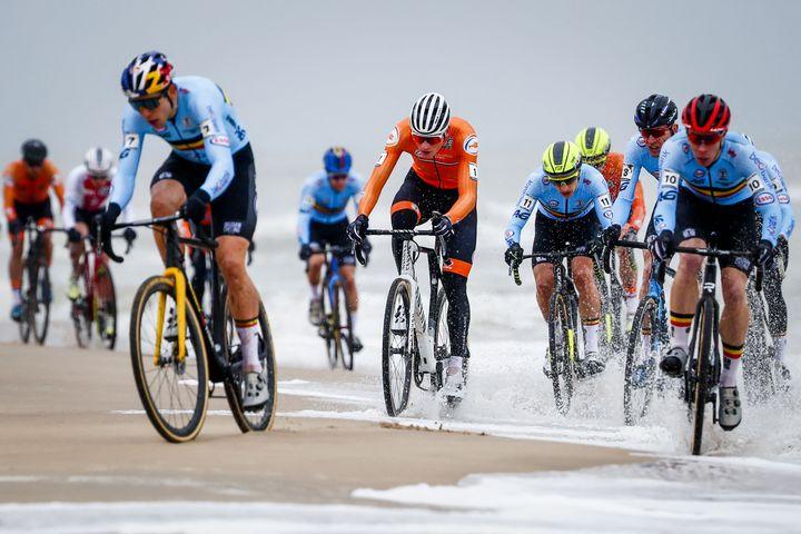 Mathieu van der Poel (au centre) entouré de Wout van Aert (à g.) et des Belges lors des championnats du monde de cyclo-cross 2021 à Ostende. (BAS CZERWINSKI / ANP)