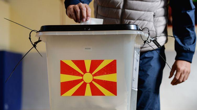 Un homme vote lors du référendum à Skopje, en Macédoine, le 30 septembre 2018. (SPUTNIK / AFP)