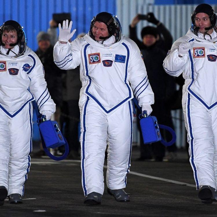 Le Français Thomas Pesquet (à droite), le Russe Oleg Novitsky (au centre) et l'Américaine Peggy Whitson (à gauche) saluent la fouleàBaïkonour, en Russie, avant leur décollage pour la Station spatiale internationale, le 17 novembre 2016. (KIRILL KUDRYAVTSEV / AFP)