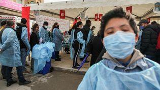 Des Tunisiens font la queue pour passer des tests Covid dans la rue du gouvernorat de l'Ariana, à 6 km de la capitale Tunis, le 8 janvier 2021. (CHEDLY BEN IBRAHIM / NURPHOTO)