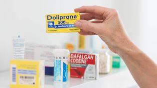Doliprane et antalgiques présentés en pharmacie à Angoulême le 30 avril 2014 . (BURGER / PHANIE)