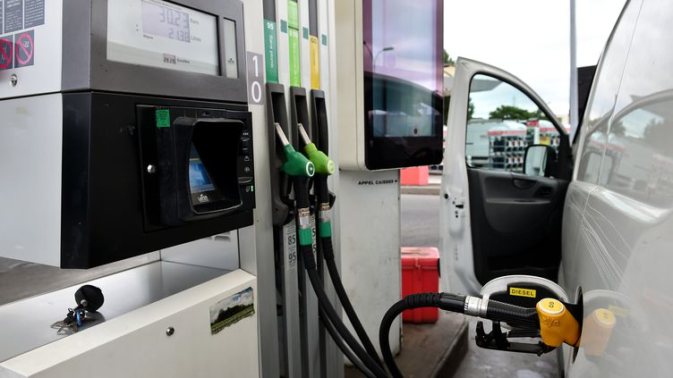 """Pendant plus de deux ans, un couple de Gironde s'est servi de sa carte d'essence professionnelle à titre privé, rapporte le 13 août """"Sud-Ouest"""". (REMY GABALDA / AFP)"""