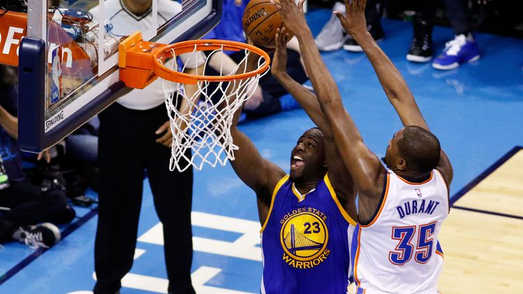 Kevin Durant stoppe Draymond Green (J PAT CARTER / GETTY IMAGES NORTH AMERICA)