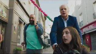 """C'est le film familial par excellence. """"Attention au départ"""", dans les salles ce mercredi 18 août, va vous enchanter. C'est l'histoire d'un père et d'un grand-père qui tentent de rattraper leurs enfants livrés à eux-mêmes dans un train de nuit. (CAPTURE D'ÉCRAN FRANCE 3)"""