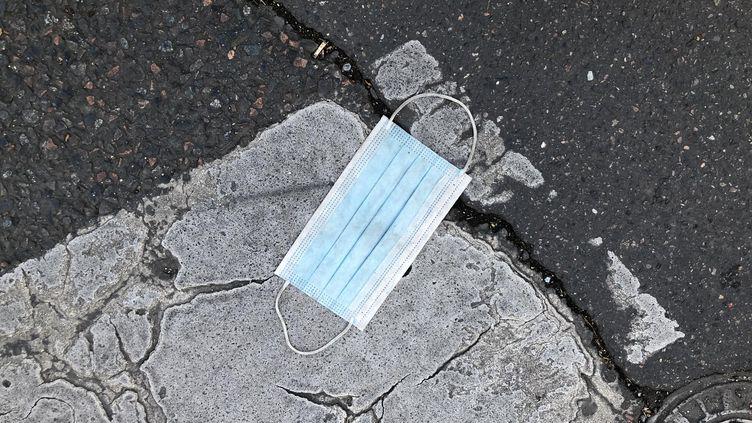 Un masque chirurgical abandonné dans la rue à Paris. (AURÉLIEN ACCART / FRANCE-INFO)