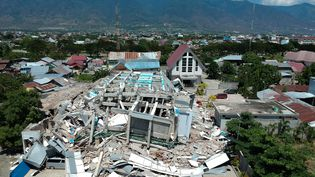Un hôtel de dix étages effondré après le tremblement de terre suivi d'un tsunami survenu vendredi 28 septembre 2018 sur l'île de Célèbes, en Indonésie. (AZWAR / AFP)