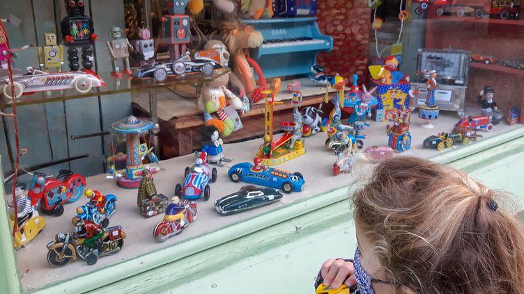 Un enfant devant un magasin de jouets, le 19 décembre 2020. (Illustration) (AURÉLIE LAGAIN / FRANCE-BLEU BREIZH IZEL)