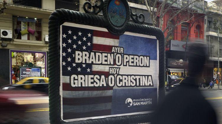 Le 29 juillet 2014, dans une rue de Buenos Aires. Une affiche soutient le gouvernement dans son litige judiciaire contre les fonds spéculatifs Elliottet Aurelius, aidés par le juge américain Thomas Griesa. (JUAN MABROMATA / AFP)