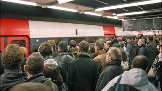Jour de greve à la RATP. Le quai ainsi que les wagons sont plein à craquer.  (Jean-Pierre Dalbéra)