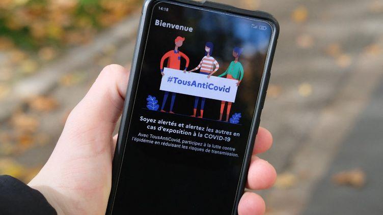 L'application TousAntiCovid Carnet, qui permet de stocker les documents du futur pass sanitaire, sur un smartphone, le 23 octobre 2020. (NICOLAS LEPAGNOT / HANS LUCAS)