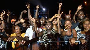 La foule en délire lors de la 9e édition du festival Femua, le 23 avril 2016 à Abidjan (SIA KAMBOU / AFP)