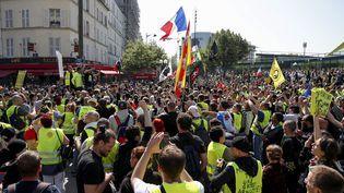 """Des """"gilets jaunes"""" écoutent Jérôme Rodrigues lors d'une manifestation à Paris, le 20 avril 2019. (ZAKARIA ABDELKAFI / AFP)"""