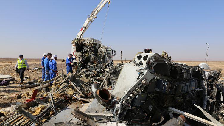Le site du crash de l'avion russe de la compagnie Metrojet dans le Sinaï égyptien, le 2 novembre 2015. (RUSSIA'S EMERGENCY MINISTRY / AFP)