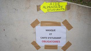 """Une aide alimentaire pour les étudiants organisés par des """"gilets jaunes"""", le 3 mars 2021 à Perpignan (Pyrénées-Orientales). (JEANNE MERCIER / HANS LUCAS / AFP)"""