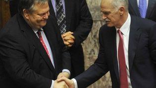 Georges Papandréou félicite Evangélos Vénizélos après le vote de confiance du Parlement, le 22 juin 2011. (AFP - Louisa Gouliamaki)