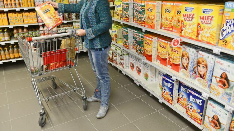 Une cliente dans un supermarché (illustration). (JEAN-LUC FL?MAL / MAXPPP)