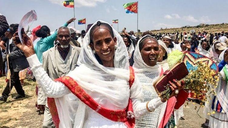 Deux femmes venues d'Erythrée célèbrent la réouverture de la frontière avec l'Ethiopie, le 11septembre 2018.  Deux femmes venues d'Erythrée célèbrent la réouverture de la frontière avec l'Ethiopie, le 11septembre 2018.Stringer/AFP (Stringer/AFP)