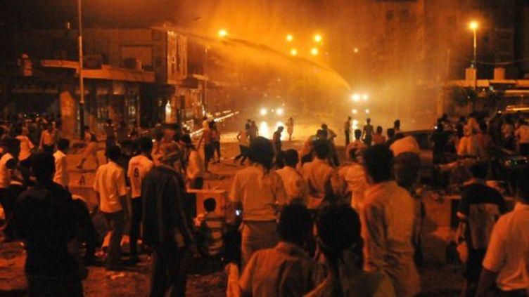 Les forces de sécurité en train d'utiliser des canons à eau pour disperser des manifestants à Taez (AFP - STR)