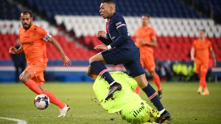 Kylian Mbappé au duel avec le gardien de Montpellier Jonas Omlin le 22 janvier 2021 (FRANCK FIFE / AFP)