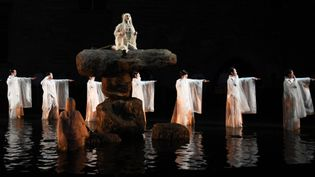 """La version d'""""Antigone"""" du Japonais Satoshi Miyagi, ici en répétition le 4 juillet, fera l'ouverture du Festival d'Avignon le 6 juillet.  (ANNE-CHRISTINE POUJOULAT / AFP)"""