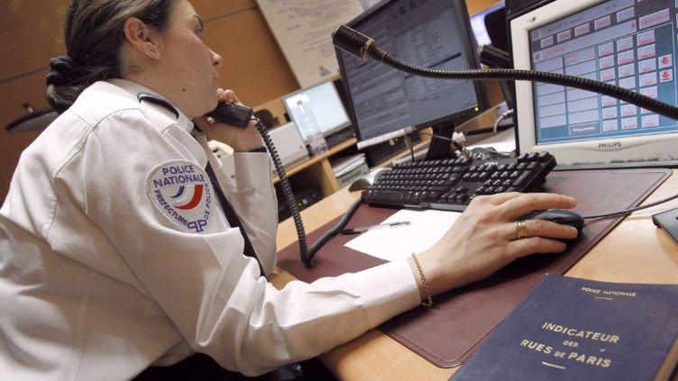 """le 17 février 2010 à Paris, """"la salle d'information et de commandement Police Secours"""" de la préfecture de police où arrivent tous les appels au 17 ( PATRICK KOVARIK / AFP)"""