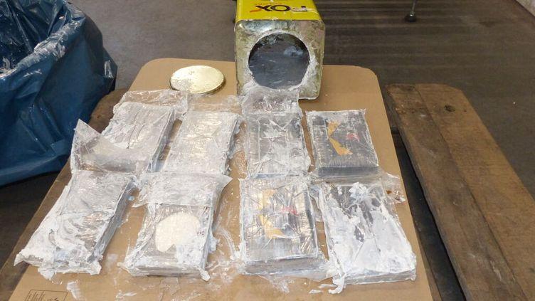 Photo transmise le 24 février 2021 par le service des douanes d'une partie de la saisie de cocaïne effectuée à Hambourg (Allemagne). (HAMBURG CUSTOMS INVESTIGATION OFFICE / AFP)