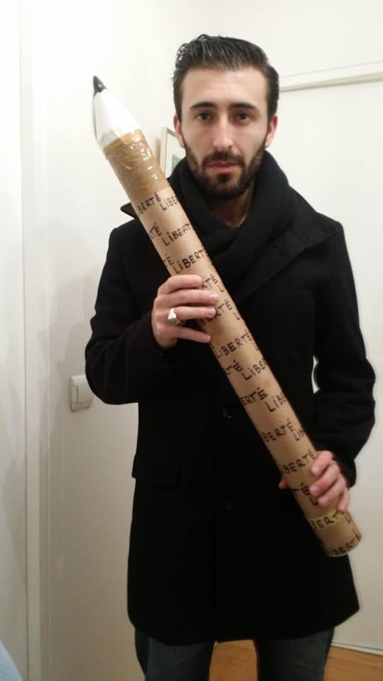 Charles Bousquet pose, le 12 janvier 2015, avec le crayon avec lequel il a manifesté la veille, place de la Nation, à Paris. (CHARLES BOUSQUET / FRANCETV INFO)