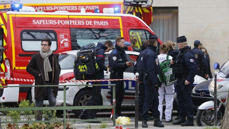 (Les pompiers et la police sur les lieux de l'attentat contre Charlie Hebdo©REUTERS/Jacky Naegelen)