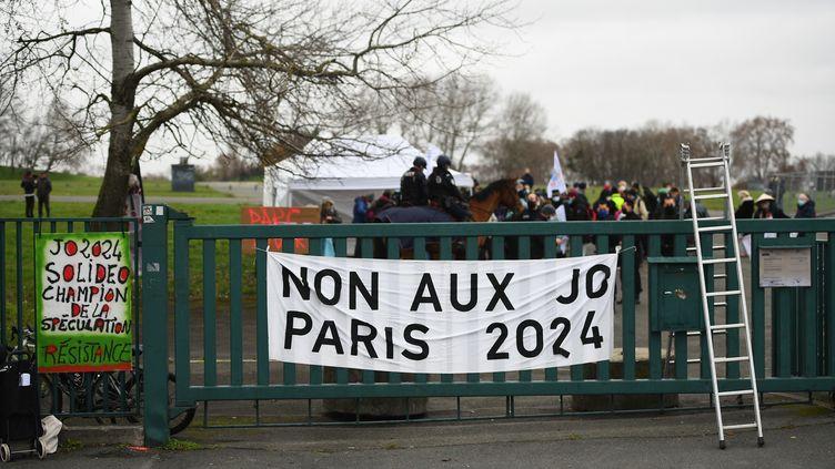 Manifestation en décembre 2020 devant le parc Georges-Valbon à La Coureneuve, où doit se construire le village des médias des Jeux. (CHRISTOPHE ARCHAMBAULT / AFP)