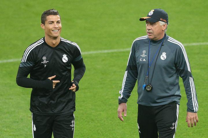 Carlo Ancelotti avec Cristiano Ronaldo lors d'une séance d'entraînement du Real Madrid, le 4 mai 2015. (MARCO BERTORELLO / AFP)