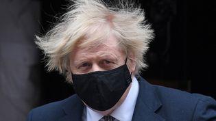 Le Premier ministre britannique, Boris Johnson, quitte ses locaux du 10 Downing Street, à Londres, le 24 mars 2021. (DANIEL LEAL-OLIVAS / AFP)