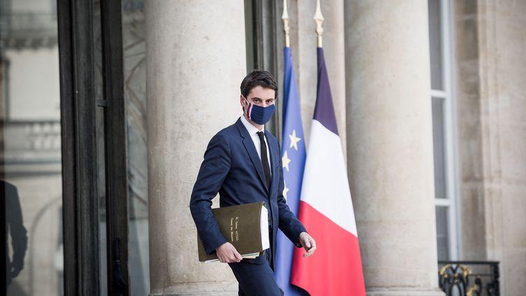 Le porte-parole du gouvernement Gabriel Attal à la sortie du Conseil des ministres à l'Elysée mercredi 3 mars 2021. (ARTHUR NICHOLAS ORCHARD / HANS LUCAS)