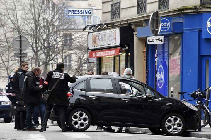La police examine la voiture utilisée par les assaillants de Charlie Hebdo. (DOMINIQUE FAGET / AFP)