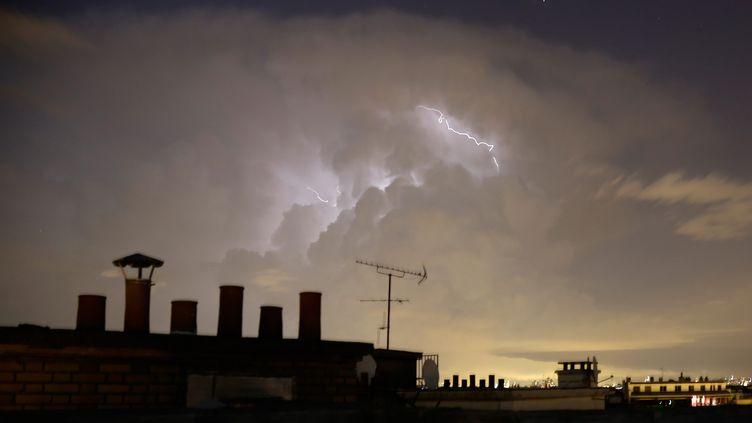 Un éclair au-dessus de Paris, le 8 juin 2014. (MAXPPP)