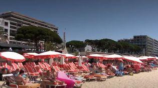 Des transats sur une plage d'Antibes (FRANCE 3)