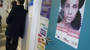 Une affiche contre les violences faites aux femmes dans les locaux de la Fédération nationale solidarité femmes, à Paris, le 25 novembre 2016. (PATRICK KOVARIK / AFP)